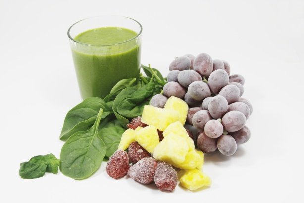 Smoothie vert avec des fruits congelés